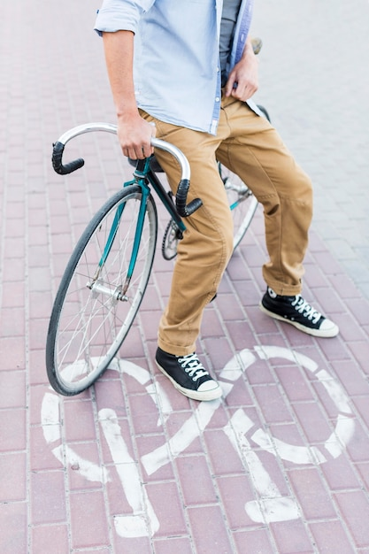 Случайный человек, сидящий на велосипеде Бесплатные Фотографии
