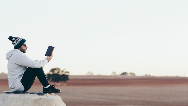 Casual man with tablet chilling outside Free Photo
