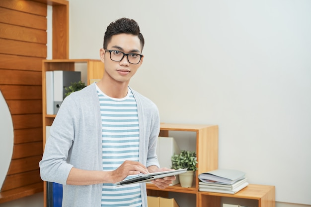 Casual office worker with tablet Free Photo