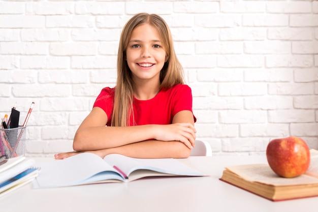 机に座っているカジュアルな女子高生 無料写真