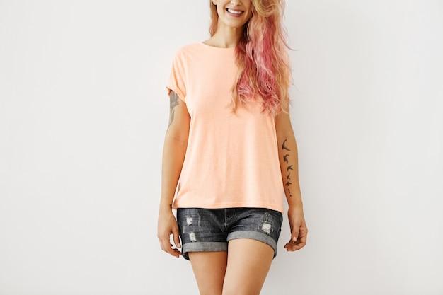 若い女性のカジュアルな夏の服装 無料写真