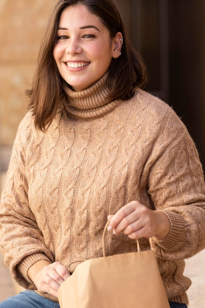 그녀의 쇼핑백을 확인 캐주얼 십 대 무료 사진