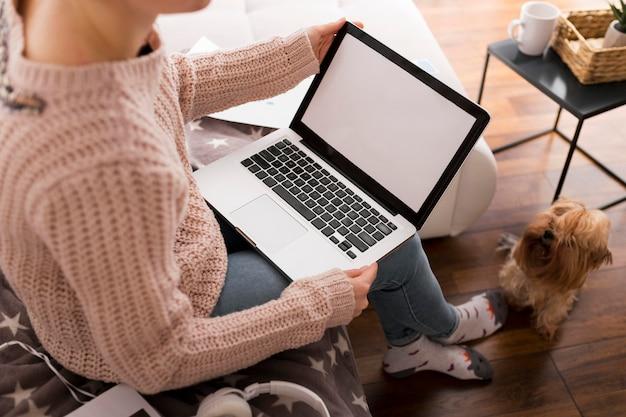 ペットの隣で在宅勤務のカジュアルな女性 Premium写真
