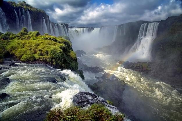 Пейзаж больших красивых водопадов с радугой, cataratas do iguacu Premium Фотографии