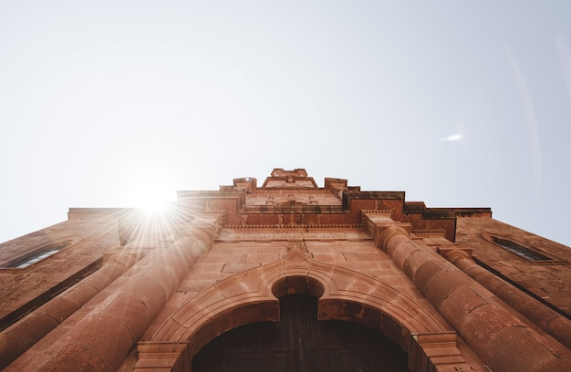 太陽が輝いている大聖堂教会 無料写真