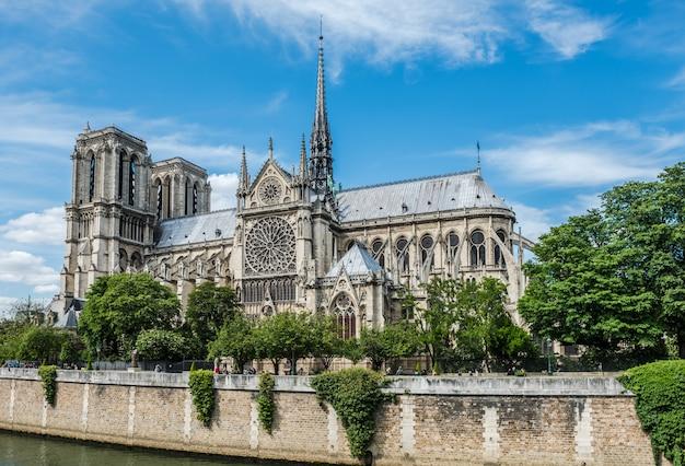 Собор нотр-дам в париже и сена Premium Фотографии