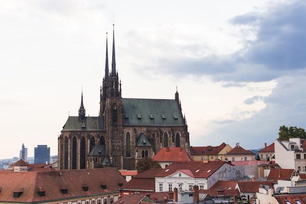 Собор святых петра и павла в брно в чехии, моравия Premium Фотографии