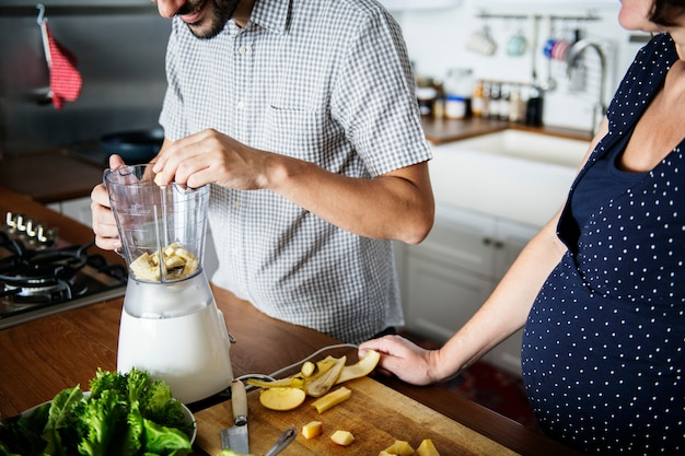 Caucasian couple making fresh smoothie Premium Photo