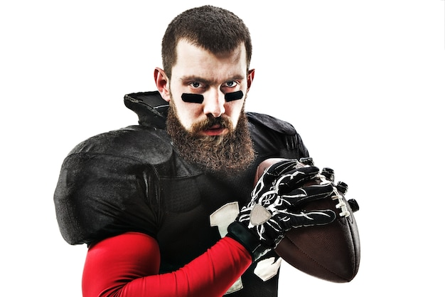 Кавказский фитнес-человек как игрок в американский футбол, держа мяч на белом Бесплатные Фотографии