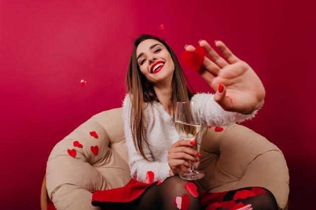 로맨틱 데이트 동안 재미 흰색 스웨터에 백인 여자 무료 사진