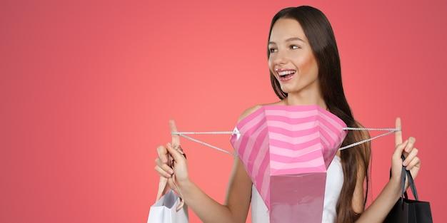 쇼핑백과 백인 행복 한 젊은 여자 프리미엄 사진