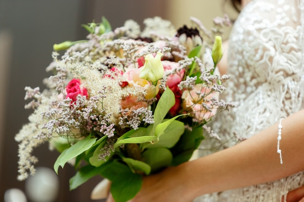 도시에서 결혼을 축하 백인 로맨틱 젊은 신부. 무료 사진