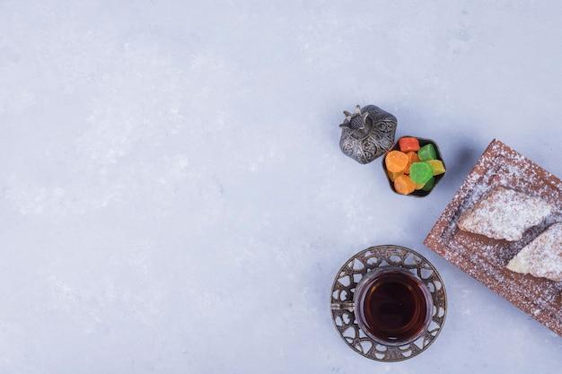 メタリックティーグラスとペストリーの盛り合わせ、トップビューで白人のお茶セット 無料写真