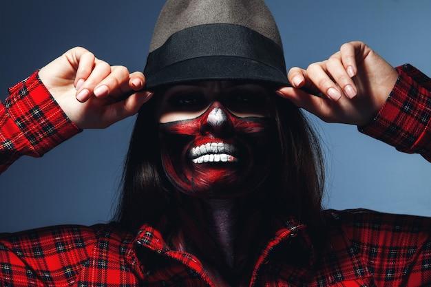 무서운 할로윈 얼굴 아트 스튜디오에서 카메라를보고 백인 여자 프리미엄 사진