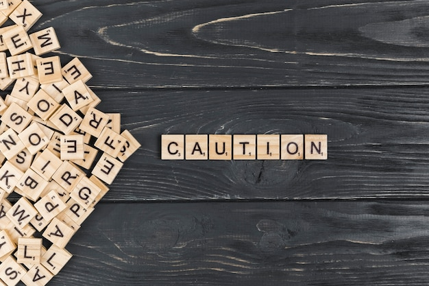木製の背景上の注意の言葉 無料写真