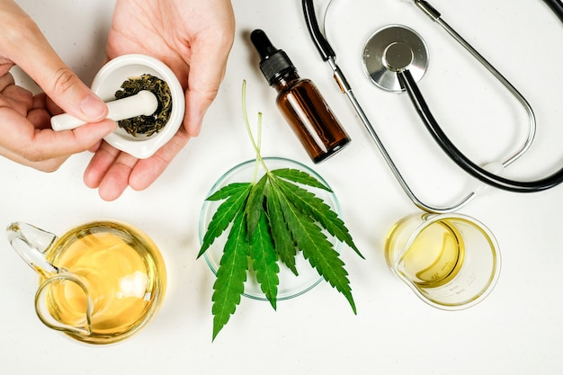 医師の研究室でのcbd thcオイル治療。臨床研究に関する自然医学。 Premium写真