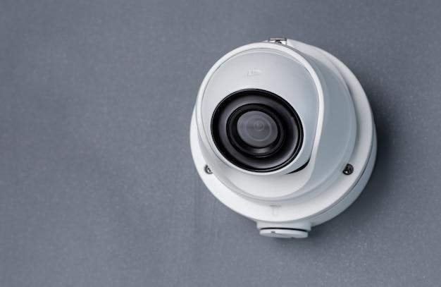 灰色の壁にcctvカメラビデオセキュリティ。コピースペース Premium写真
