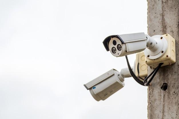 Камера cctv на электрическом полюсе следит за важными событиями Premium Фотографии
