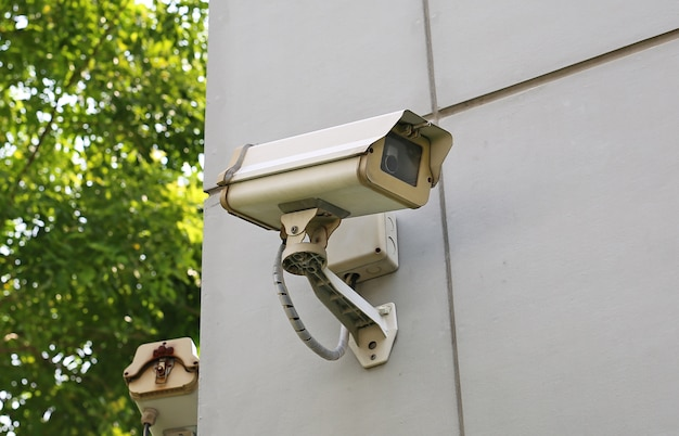 Старая камера cctv на стене Premium Фотографии
