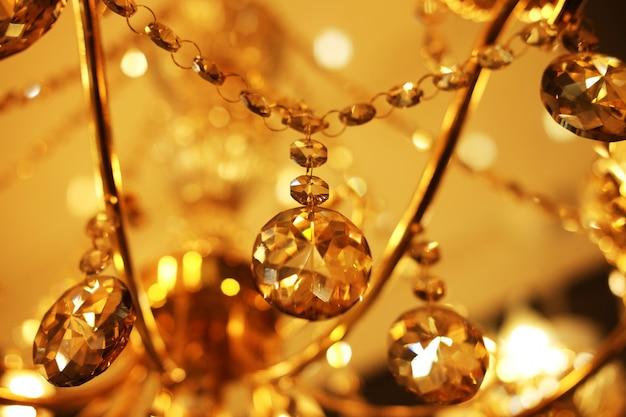 天井ランプ、店のシャンデリアをクローズアップ Premium写真