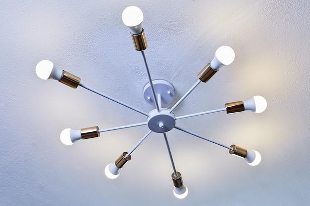 8 개의 Led 전구가있는 천장 조명, 흰색 페인트 알루미늄 샹들리에. 프리미엄 사진