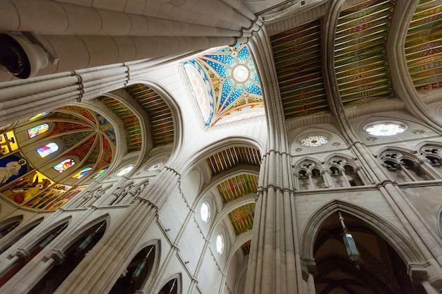 アルムデナ大聖堂の内部での携帯 Premium写真