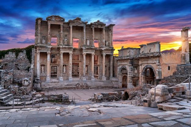 トルコ、イズミルのエフェソス古代都市にあるケルスス図書館。 無料写真