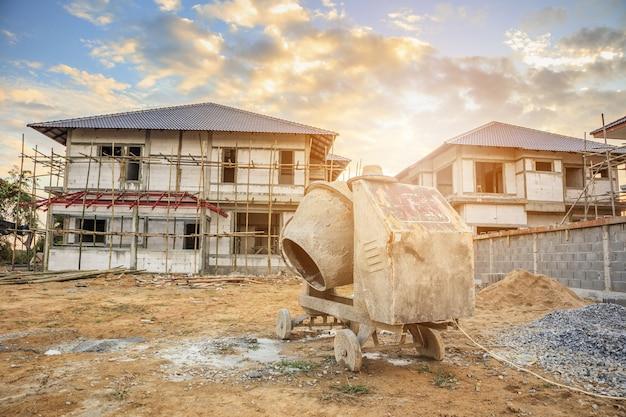 新しい家を建てる建設現場でのセメントコンクリートミキサーマシン Premium写真
