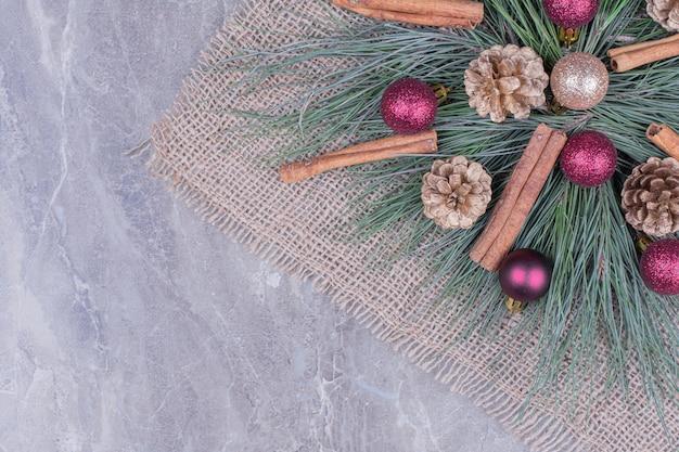 Centrotavola realizzato con rami di quercia e coni con palline e bastoncini di cannella. Foto Gratuite