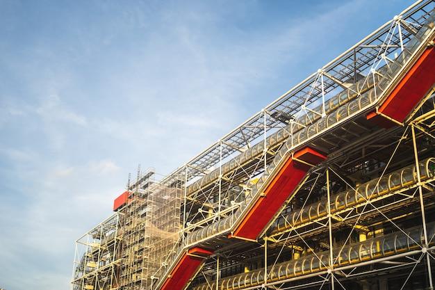 Центр помпиду под голубым небом и солнечным светом в дневное время в париже во франции Бесплатные Фотографии