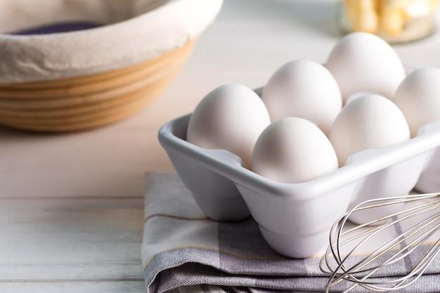 Ceramic container with natural organic farm eggs Premium Photo