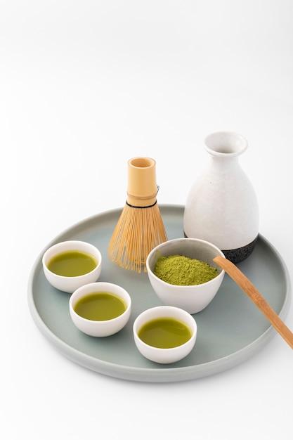 Керамические чашки с чаем на подносе Бесплатные Фотографии