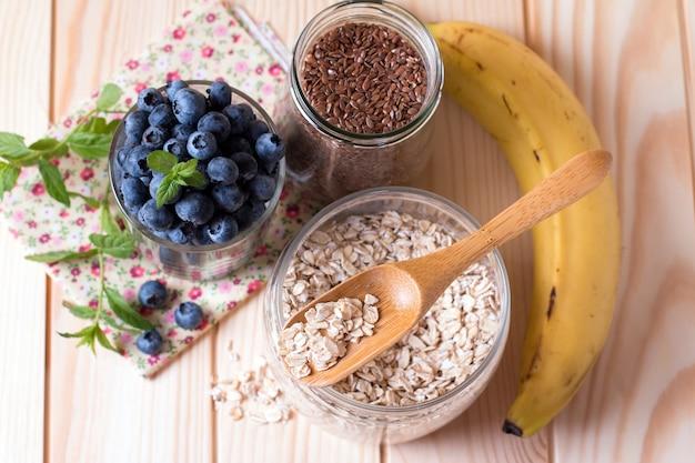 穀物、朝食、上面図、クローズアップのためのさまざまなおいしい食材 Premium写真