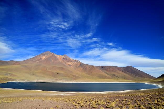 チリ北部の高地でcerro miscanti火山があるlaguna miniquesまたはminiques湖 Premium写真