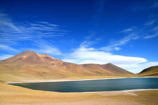 チリ北部のアントファガスタ地域、cerro miscanti火山のあるminiques湖 Premium写真
