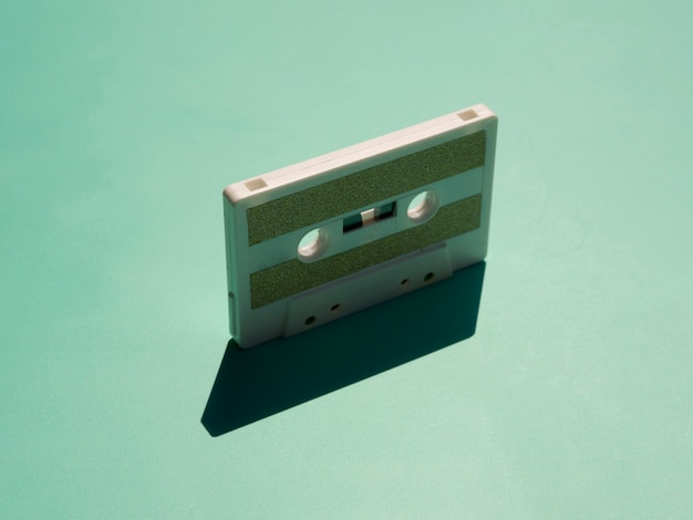影付きのスポットライトの下でミニマルなcessetteテープ 無料写真
