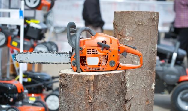 Chain saw on log Free Photo
