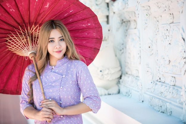 アジアの女性の伝統的なタイ文化のランナースタイル、ビンテージスタイル、chaingmaiタイを着て Premium写真