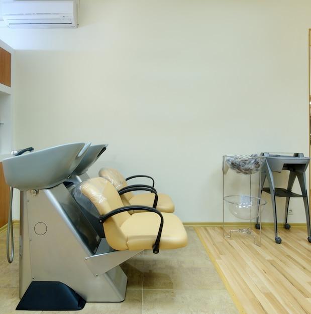 이발소에서 머리를 감는 의자. 프리미엄 사진
