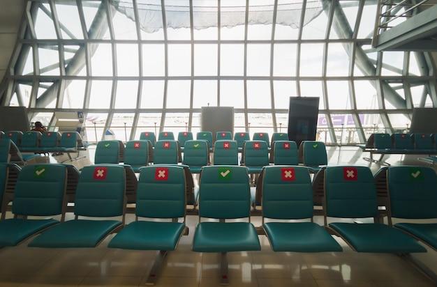 Стулья в аэропорту Premium Фотографии
