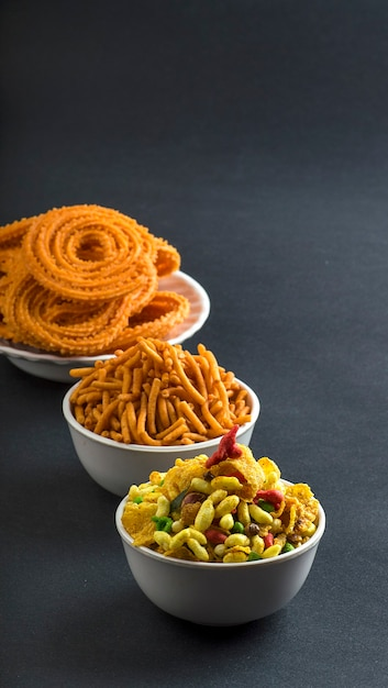 チャクリ、チャカリまたはムルックとブザン(グラム粉)セブとチバダまたはチワダ。 Premium写真