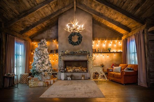 クリスマスの装飾が施されたシャレーハウス、室内の暖炉 Premium写真