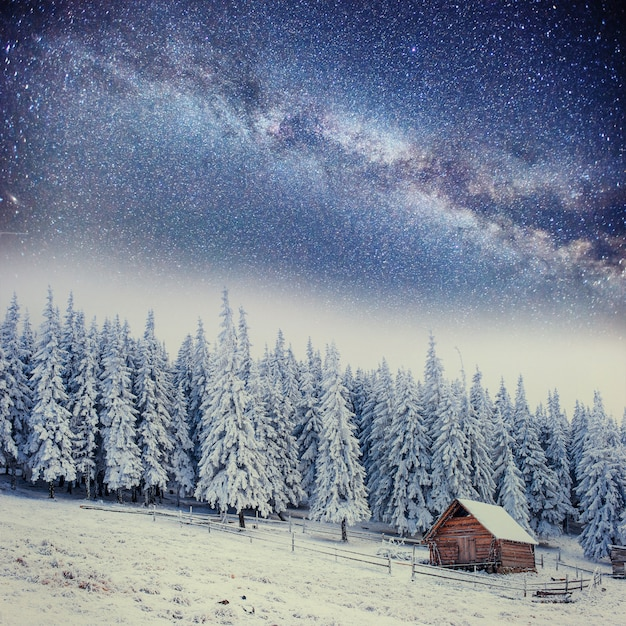 Chalets in the mountains at night under the stars Premium Photo