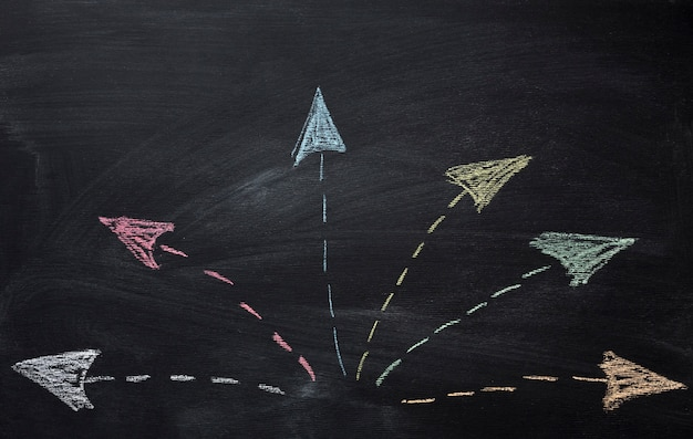 Мел стрелки, идущие в разные стороны Premium Фотографии