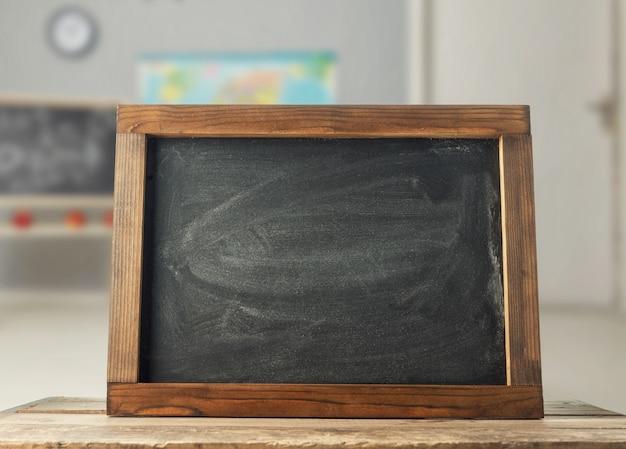 교실 책상에 초크 보드 프리미엄 사진
