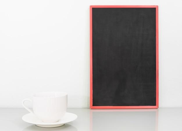黒板のモックアップとコーヒーカップ Premium写真