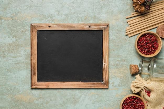 セメントの背景に黒板のモックアップ Premium写真
