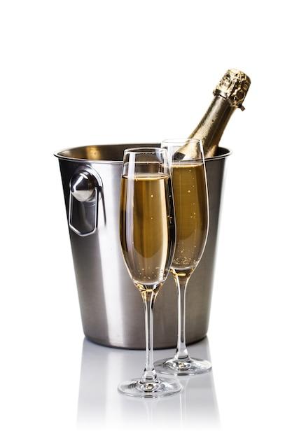 Бутылка шампанского в ведре с бокалами шампанского, изолированные на белом Premium Фотографии