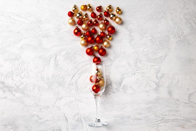 Бокал шампанского с елочными шарами Premium Фотографии