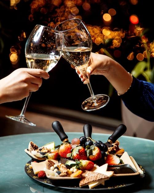 Бокалы для шампанского и фруктовая тарелка Бесплатные Фотографии